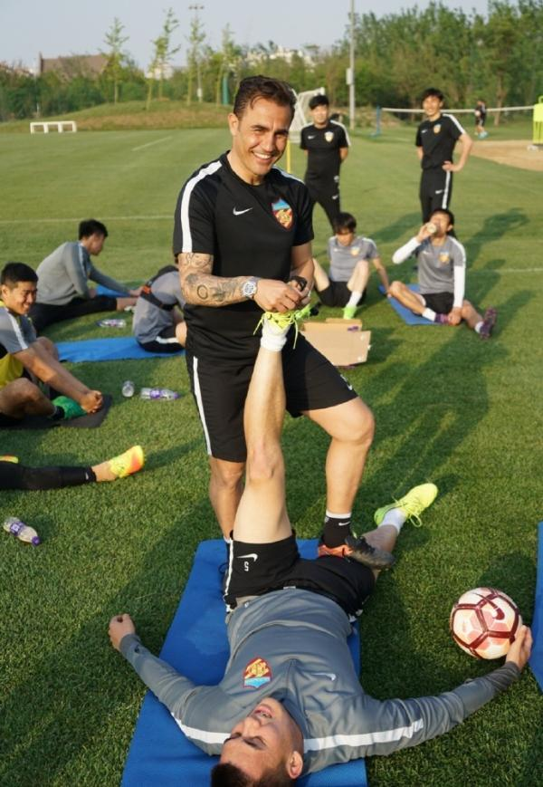 卡纳瓦罗训练中帮球员拉伸。