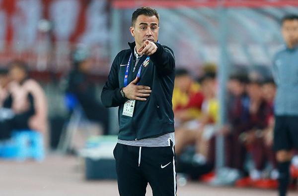 卡纳瓦罗在教练席依旧和里皮一样有风度。