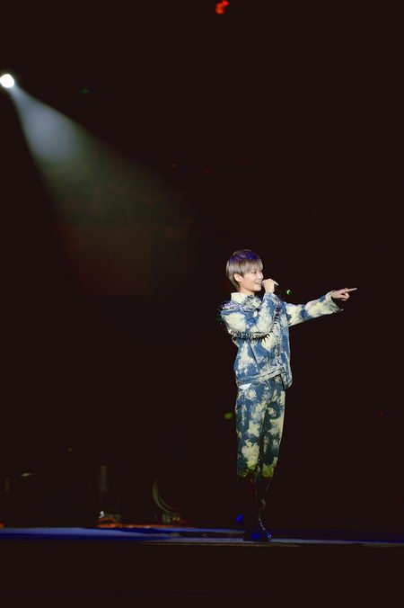 李宇春比心示爱甜煞歌迷 透露新专辑在筹备中