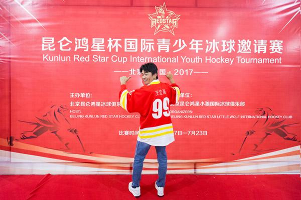 王宝强展示俱乐部赠送的球衣