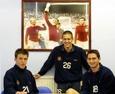 △在前辈的照片前,是西汉姆培养出来另外三位明星球员