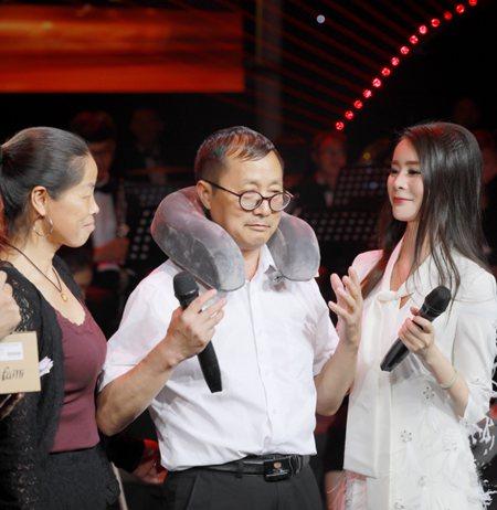青年歌唱家刘和刚献唱 父亲的手 唱哭全场