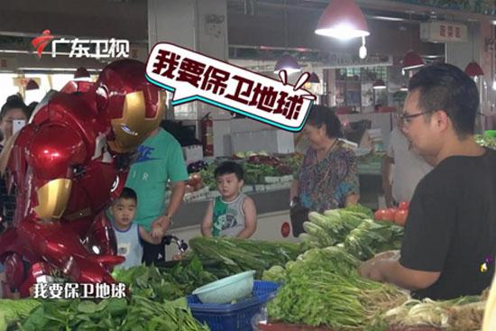 """《观察家》""""钢铁侠""""惊现菜市场 买菜求打折"""