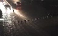 北京强降雨武警手拉手筑人墙