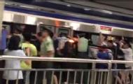 乘客卡站台缝隙众人推动列车