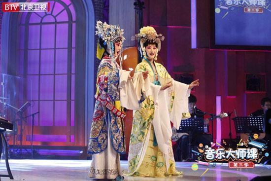 杨钰莹京剧扮相抢眼 同台12岁混血唱《梨花颂》