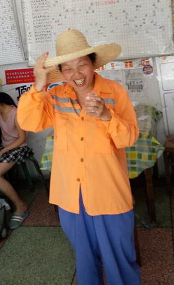 环卫工人在金华体彩网点喝水休息