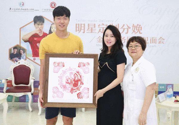 广州伊丽莎白妇产医院黄志帼院长赠送金英权夫妇剪纸画