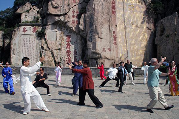 各流派太极拳传人在泰山演练太极