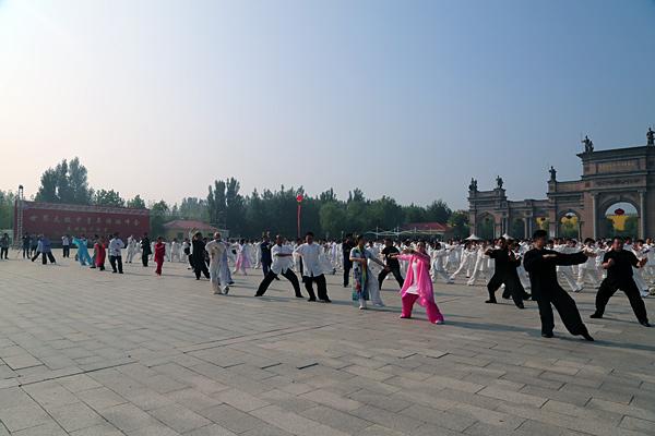 各派名家与千名太极拳爱好者在地下龙宫景区演练
