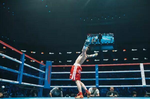 孙柏豪霸气击倒泰国拳手获全场掌声