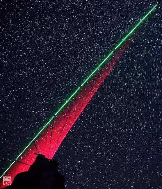 """在河北兴隆观测站,""""墨子号""""量子科学实验卫星过境,科研人员在做实验(2016年11月28日摄,合成照片)。世界首颗量子科学实验卫星""""墨子号""""在国际上率先成功实现了千公里级的星地双向量子纠缠分发,并于此基础上实现了空间尺度下严格满足""""爱因斯坦定域性条件""""的量子力学非定域性检验。新华社记者 金立旺 摄"""