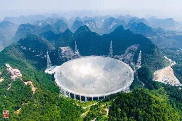 位于贵州黔南州平塘县大窝凼的世界最大单口径射电望远镜――500米口径球面射电望远镜FAST(2016年9月24日摄)。新华社记者 刘续 摄