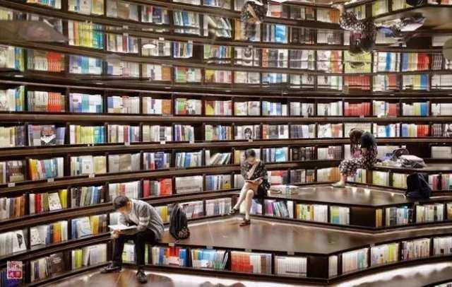 读者在杭州钟书阁环幕阅读大厅内读书(2017年4月21日摄)。近年来,一些特色经营的实体书店悄然复苏,成为一座城市的公共空间和文化新地标,为全民阅读活动和书香社会建设营造了浓厚的氛围。新华社记者 张铖 摄