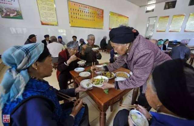 在云南省曲靖市麒麟区三宝街道兴龙村,老人们在养老服务点就餐(2016年6月1日摄)。新华社记者 周磊 摄