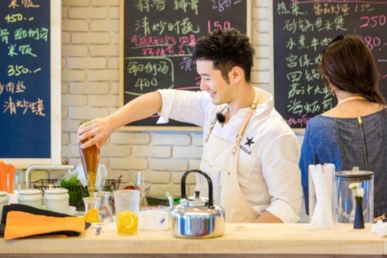 《中餐厅》黄晓明暖心爆棚 冒雨为顾客购买披肩