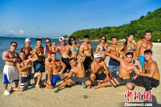 图为海南健美健身达人在三亚蜈支洲岛海边展示热辣完美身材。 骆云飞 摄