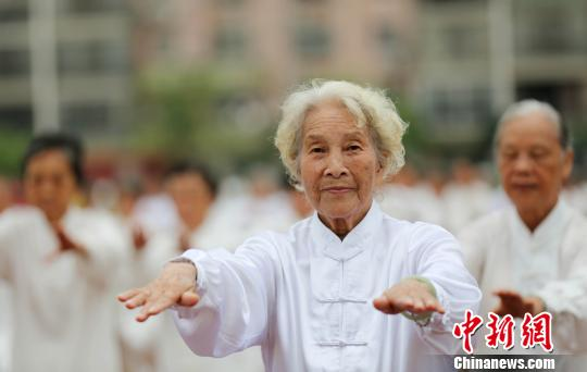 群众健身走(跑)活动启动仪式上表演太极拳。 谭凯兴 摄