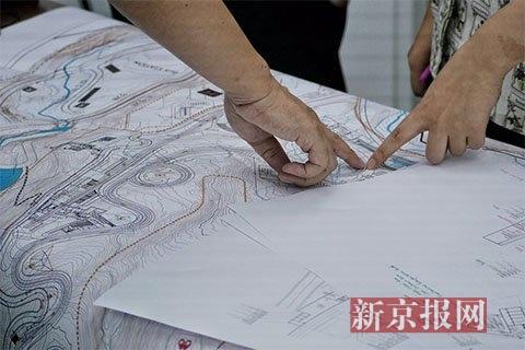 与会人员看着冬奥赛场图纸讨论。新京报记者 王嘉宁 摄
