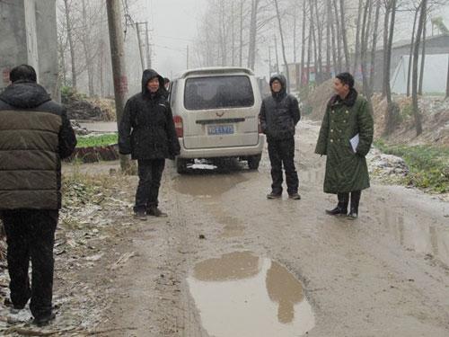 图片说明:2015年11月份陈召起(右一)与村两委班子成员冒雪入户走访以精准核实贫困户