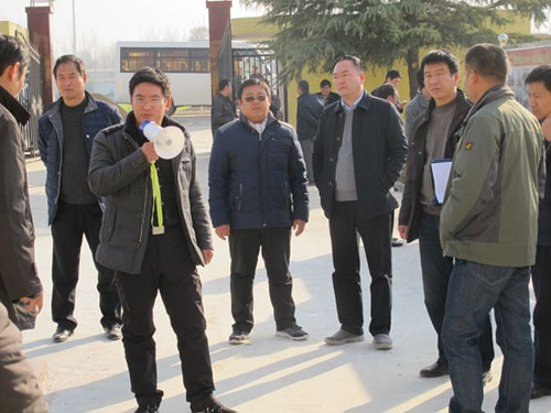 图片说明:2016年12月7日,上蔡县省市派40余名驻村第一书记到高白玉村参观学习,图为陈召起为大家讲解脱贫攻坚计划
