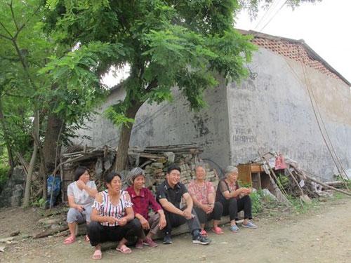 图片说明:合欢树下与村民谈心