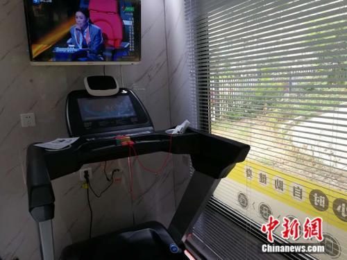 共享运动仓内安装有跑步机、电视等设施 。中新网记者 张尼 摄