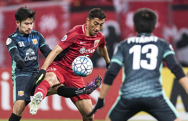 """""""中超联赛的外援质量越来越高,在他们背后,中国球员也得到了进步。比如上港这些球员,能与胡尔克、奥斯卡一起踢球,他们就变得比以前更强大。"""""""
