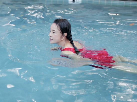 《但愿人长久》刘晓庆素颜出镜 着泳装展好身材