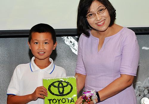 参加夏令营的小朋友将自己亲手制作的礼物送给一汽丰田领导