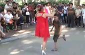 公园尬舞:大妈小孩斗舞