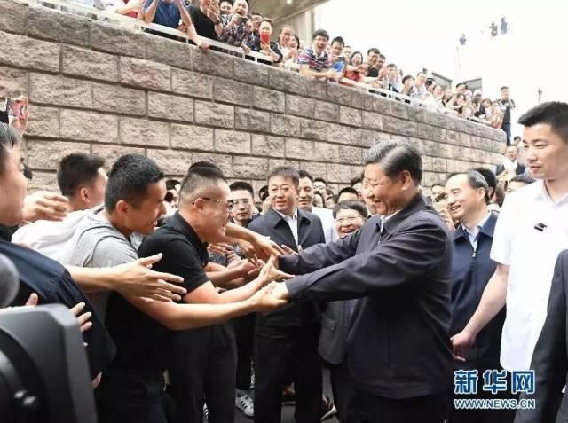 5月3日,习近平来到中国政法大学考察,与师生热情握手 李学仁摄/本刊
