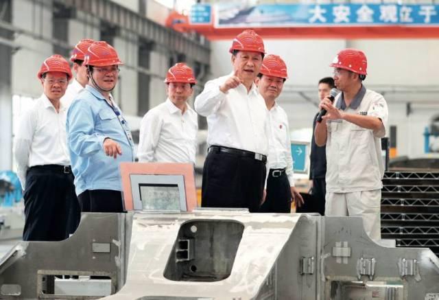 4月20日,习近平在广西南南铝加工有限公司了解企业生产情况 谢环驰摄/本刊