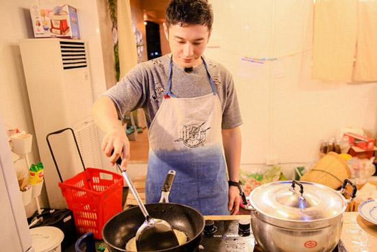 《中餐厅》张亮花式秀刀工 黄晓明被土豆难住
