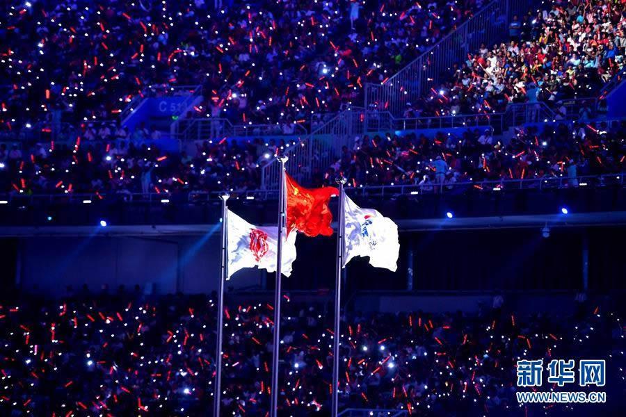 8月27日,第十三届全国运动会开幕式在天津奥林匹克中心体育场举行。这是中华人民共和国运动会会旗(左)与第十三届全国运动会会旗在开幕式上升起。 新华社记者朱峥摄