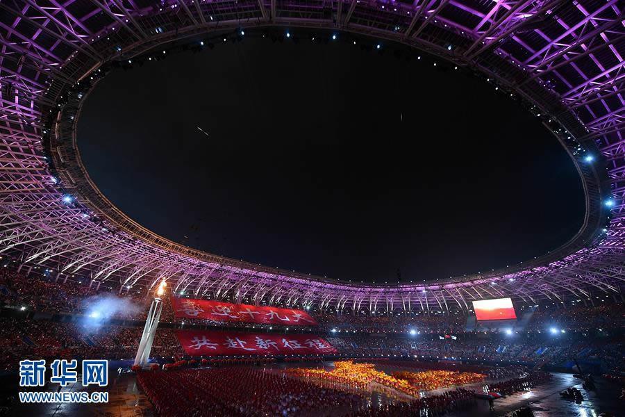 8月27日,主火炬被点燃。当日,中华人民共和国第十三届运动会开幕式在天津举行。 新华社记者许畅摄