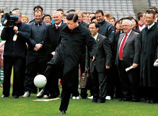 资料图:2012年2月,时任国家副主席的习近平访问爱尔兰参观爱尔兰盖尔式运动协会时应邀开球。图片来源新华社