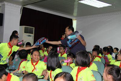 肇庆市福彩中心主任王名良为孩子们送上学习用品