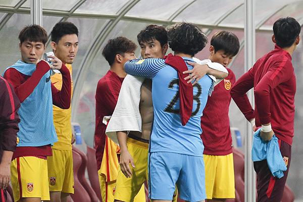 王大雷拥抱郑智互相安慰。 视觉中国 图