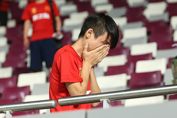 赛后中国球迷伤心掩面痛哭。 视觉中国 图