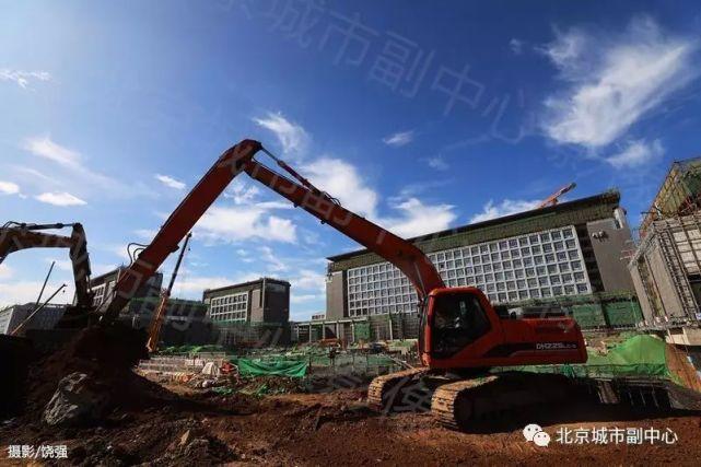 蓝天白云下,副中心的建设者将自己的身影定格在一座座拔地而起的建筑前。运河之滨崛起的新城,将成为一座记录伟大时代的丰碑。