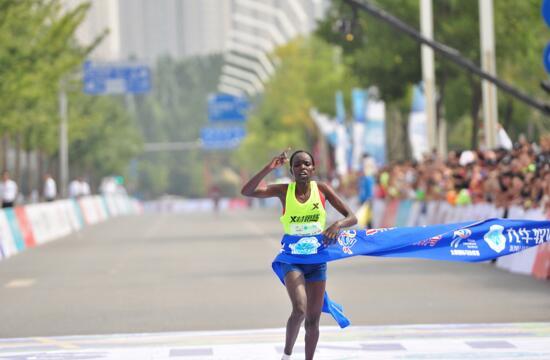 图注:女子冠军以2小时29分36秒打破女子赛会原有记录