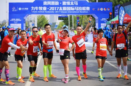 图注:8名传承跑者共同完成42.195公里