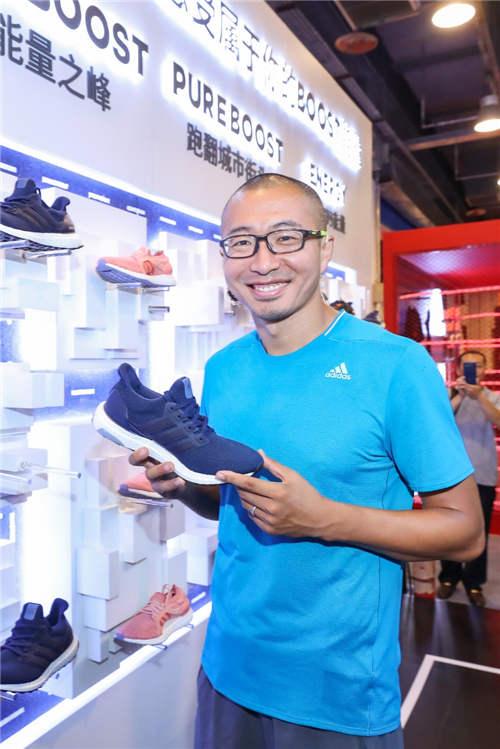 商品陈列区展示adidas北马限定款等各类跑马专业装备
