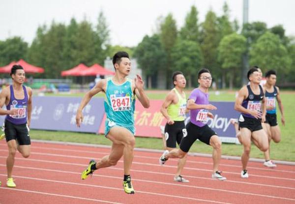 浙江大学选手谢震业(左二)在比赛中。 新华社 图