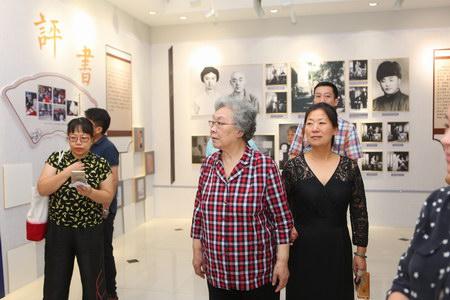 连丽如先生参观《北京评书宣南书馆成立十周年回顾展》