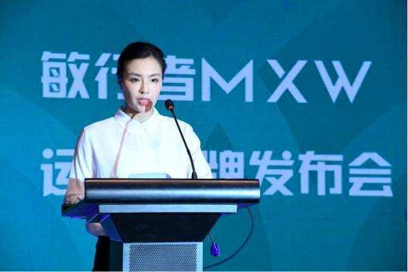 吴敏霞在自己的品牌发布会。