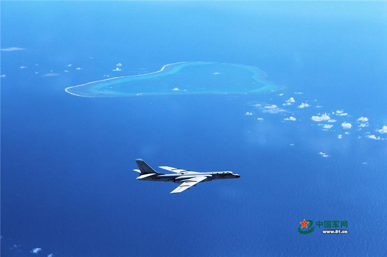 轰-6K战机在黄岩岛上空巡航。