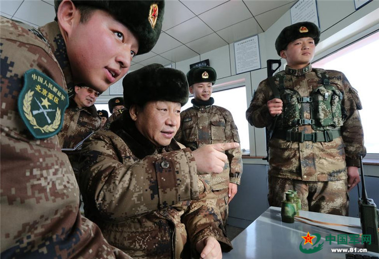 2014年1月26日,中共中央总书记、国家主席、中央军委主席习近平冒严寒踏冰雪,来到内蒙古军区某边防团三角山哨所,看望执勤的战士。解放军报记者