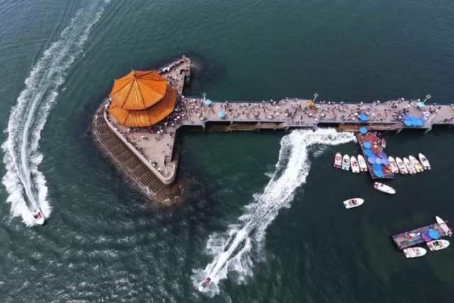 2017年8月10日,青岛栈桥。两艘快艇驶过海面。郭绪雷